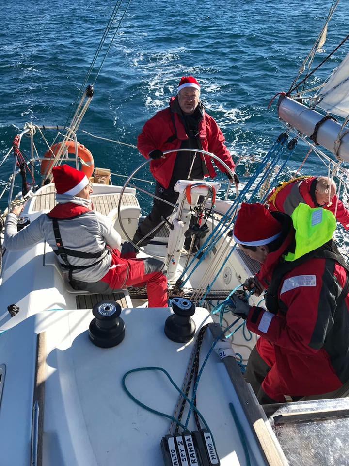 Marinari pe mare imbracati ca Mos Craciun