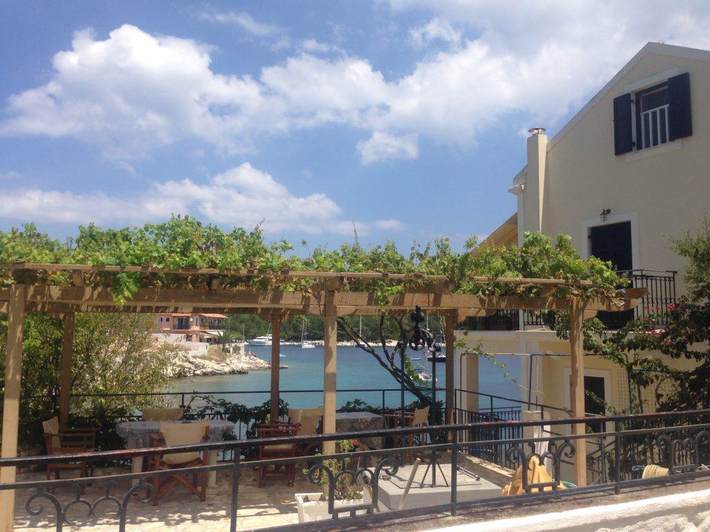 Vedere printre terasele caselor - Kefalonia, Grecia